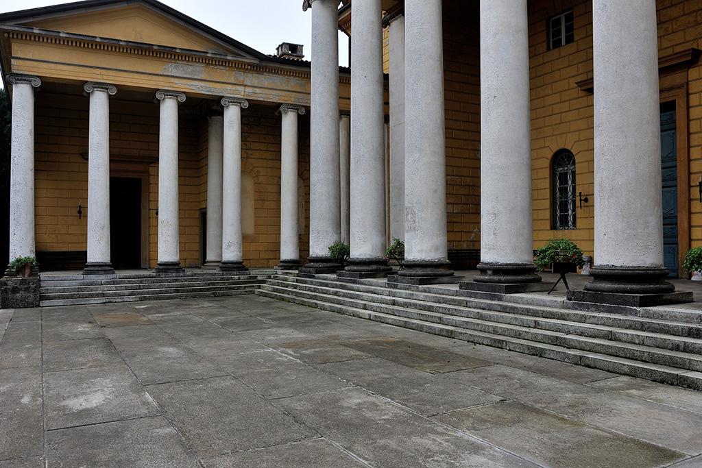 Colonne portico limbiate villa medolago portico con for Colonne di portico di casa